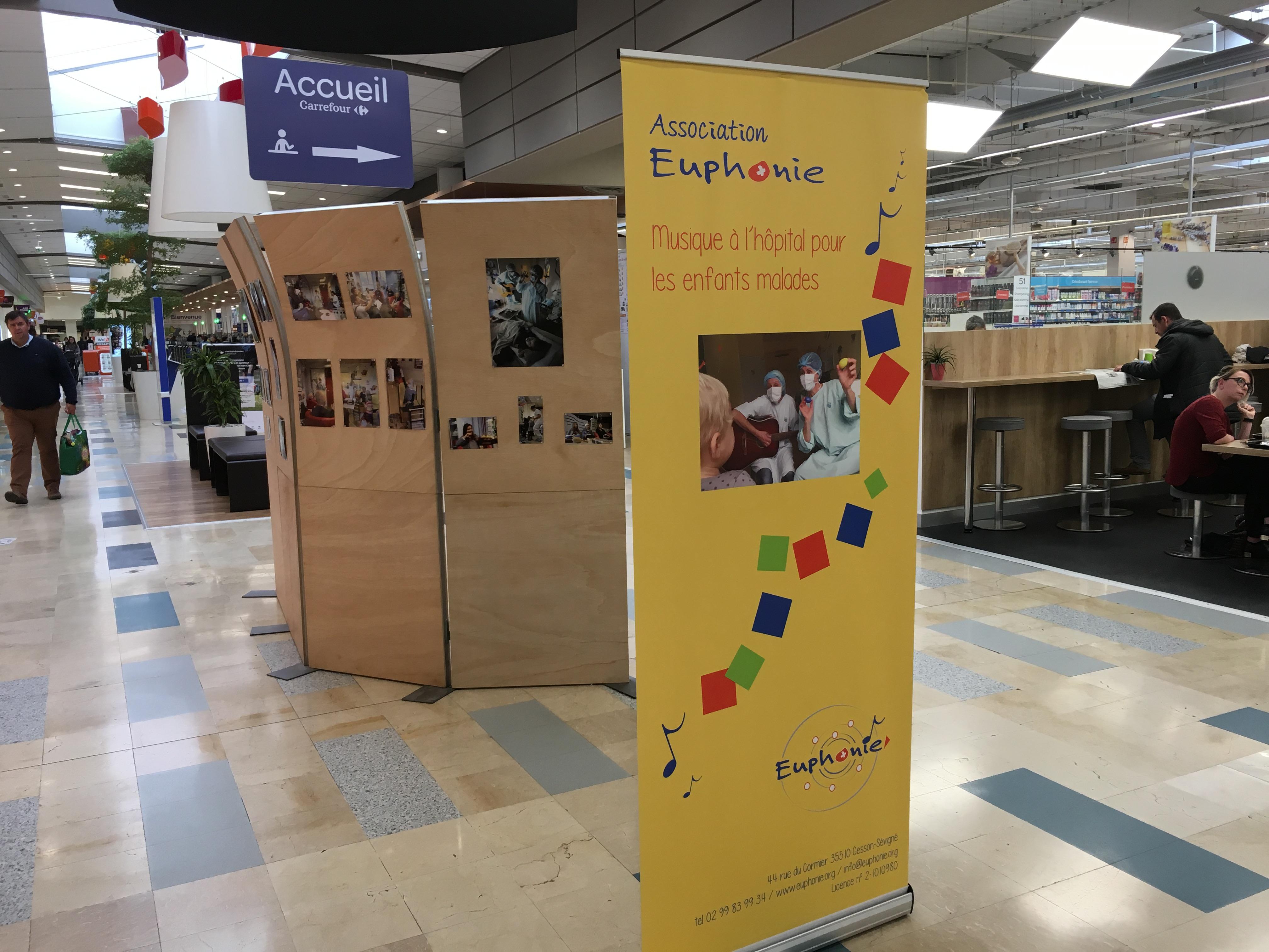Exposition visuelle dans la galerie de Carrefour Cesson-Sévigné